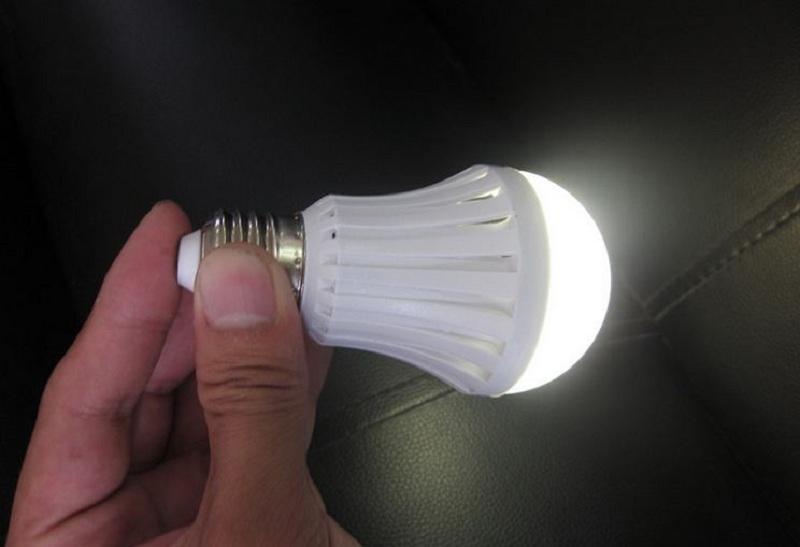 Không nên chạm tay vào bóng đèn đang hoạt động